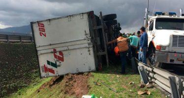 Tráiler se vuelca en el Circuito Exterior Mexiquense, en la salida a Coacalco