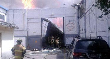 Fuego consume bodega de vinos en Iztacalco