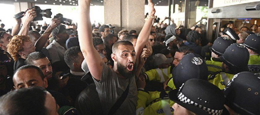 Afectados por incendio de edificio de Londres protestan en ayuntamientos de Kensington y Chelsea
