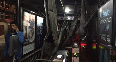 Tráiler derriba techo de la estación Xola del Metrobús y suspenden servicio