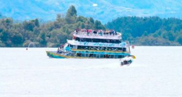 Barco turístico se hunde con 170 pasajeros en represa colombiana