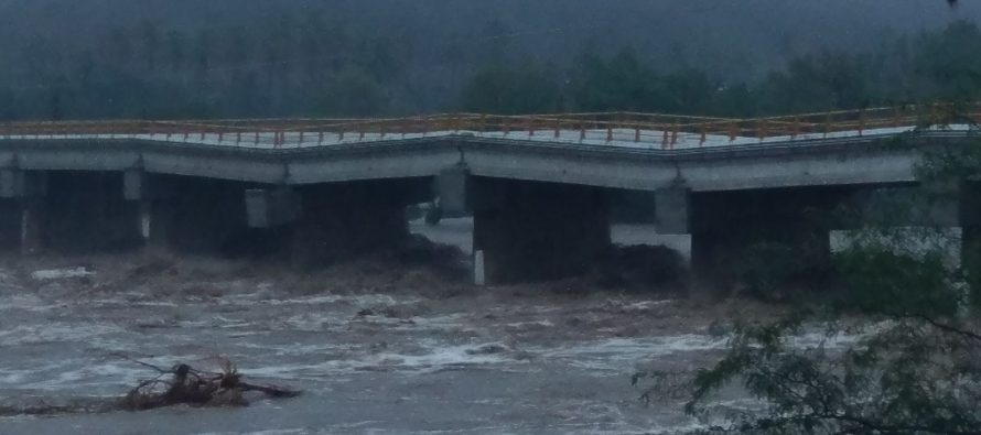 Puente queda al borde del derrumbe, tras paso de 'Beatriz' en Oaxaca