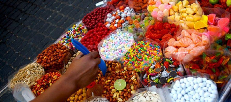 Explotan a niños que venden dulces en carretillas