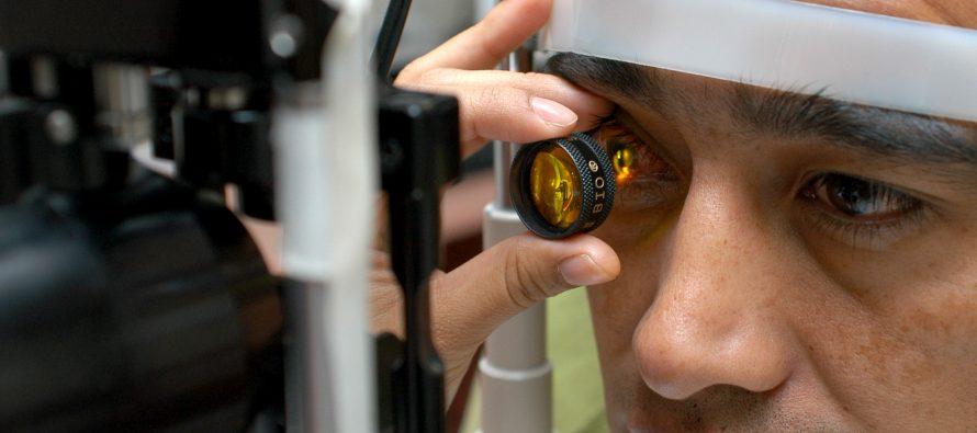 Uso excesivo de pantallas provoca síndrome ocular: IMSS