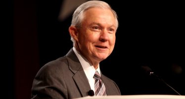 "Sessions: ""Yo planeo seguir"" como fiscal general"