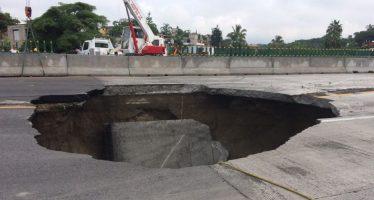 Auto cae a socavón en el Paso Exprés Cuernavaca