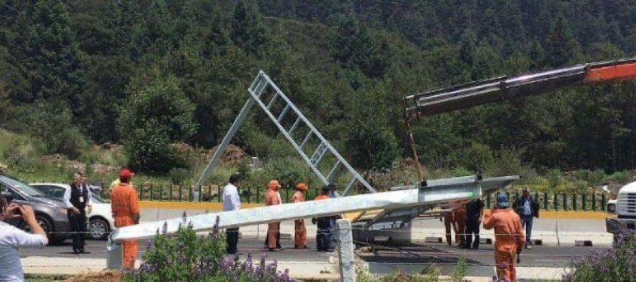 Señalamiento vial cae y bloquea la autopista México-Toluca
