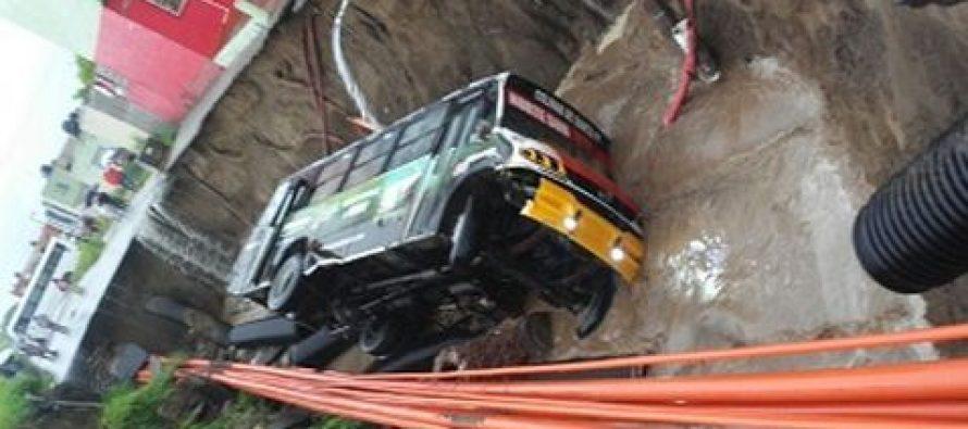 Socavón se traga camión con pasajeros en Veracruz (Video)