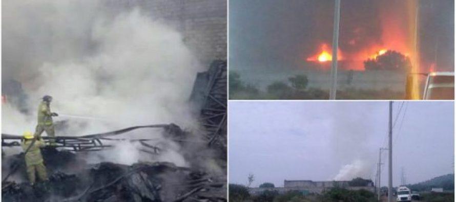 Incendio consume bodega de plásticos en Huehuetoca