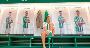 Andrés Guardado se pone la camiseta verdiblanca del Real Betis