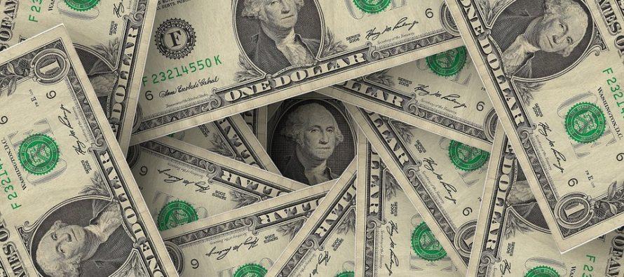 Dólar cierra este martes hasta en 19.04 pesos en bancos