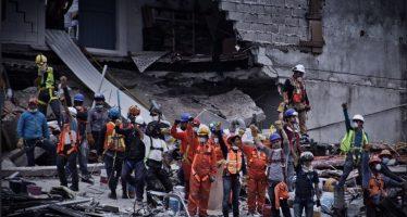 Sube a 320, número de personas muertas por terremoto