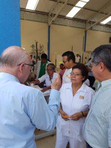 Narro conversa con personal médico. Foto: Secretaría de Salud