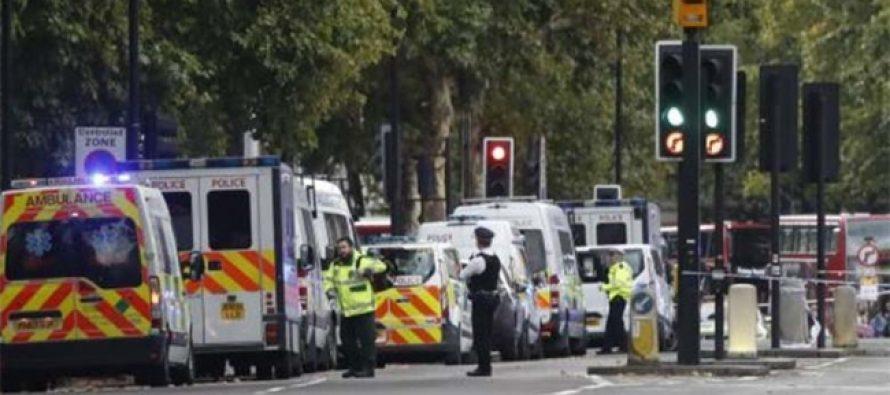 Conductor arrolla a peatones frente a museo, en Londres