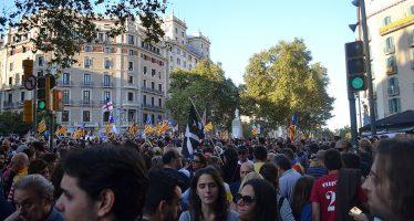 Miles de personas protestan en Barcelona contra gobierno español