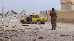 Un elemento de las Fuerzas Democráticas de Siria observa la destrucción en una zona de Al Raqa. Foto: Wikipedia