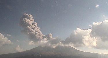 Popocatépetl emite 541 fumarolas con vapor de agua y gas