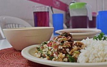 Mixiotes y lomo, entre los platillos de cena navideña en el Zócalo
