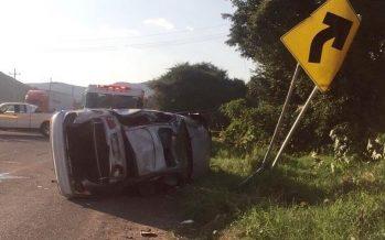 Reportan volcaduras de vehículos en salidas a Puebla y Toluca