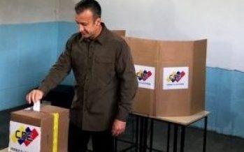 Venezolanos acuden a votar para elegir alcaldes y un gobernador