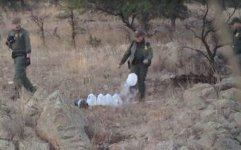 Agentes fronterizos de EEUU derraman agua para inmigrantes ilegales
