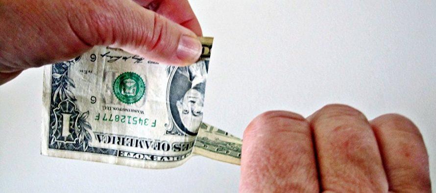 'Política disparatada' de EU coloca al dólar en el precipicio