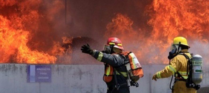 Evacuan a 300 personas por incendio de bodega en Nuevo León