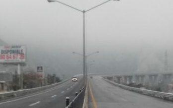 Heladas cristalizan asfalto de tres autopistas en el norte del país