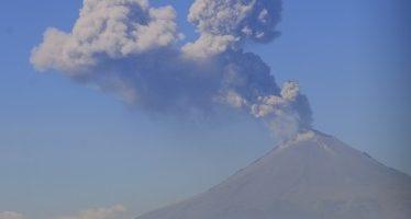 Popocatépetl emite fumarola de dos kilómetros con ceniza