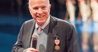 """McCain promueve protección a """"dreamers"""", sin dinero para muro"""