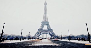 Torre Eiffel cierra por nevada en París
