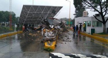 Tráiler provoca dos lesionados en caseta de autopista Monterrey-Saltillo