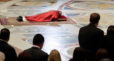 En Viernes Santo el Papa se postra y evoca la pasión de Cristo
