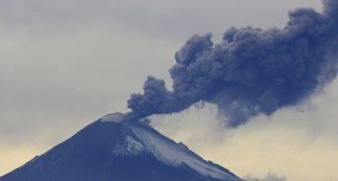 Exhalación del Popocatépetl alcanza dos mil metros de altura