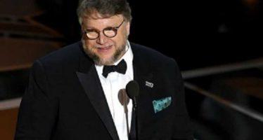 Guillermo del Toro gana Oscar a mejor director