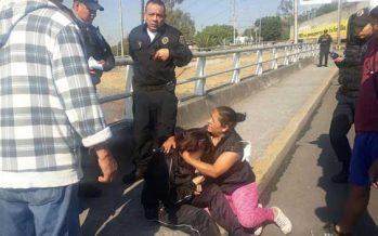Policías evitan que joven se arroje de puente en Álvaro Obregón