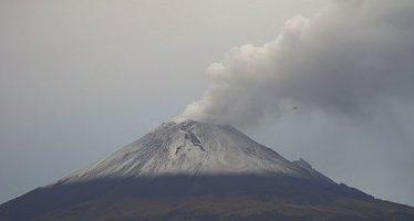 Popocatépetl emite fumarola de 1.5 kilómetros de altura