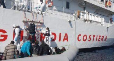 Rescatan a 121 inmigrantes en una balsa a la deriva en el Mediterráneo