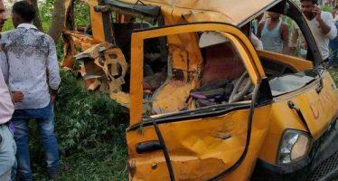 Mueren 13 niños en choque entre un autobús escolar y un tren en India