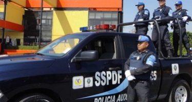 Policías detienen a dos sujetos por robo a tienda de autoservicio