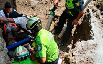 Rescatan a hombre atrapado por derrumbe de vivienda en Toluca