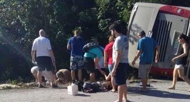 Volcadura de autobús de turismo en NL deja un muerto y 15 lesionados