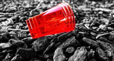Europa prohibiría desechables de plástico para reducir basura