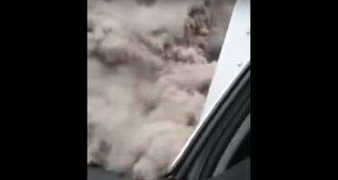 Huyendo del volcán: una nube de cenizas 'devora' a un camión