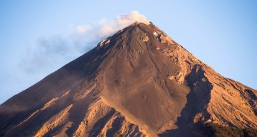 Ordenan evacuar comunidades cercanas al Volcán de Fuego