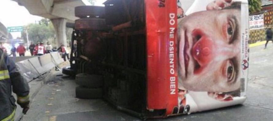 Diez lesionados por volcadura de autobús en Periférico Norte
