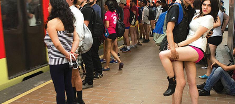 Miles de personas se quitan los pantalones y viajan así en el Metro, en el FlashMob