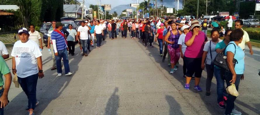 Protestan maestros de la CETEG por evaluación docente en Acapulco