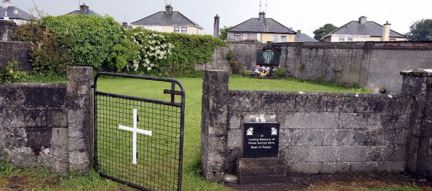 Descubren restos de bebés en antiguo centro católico para madres solteras, en Irlanda