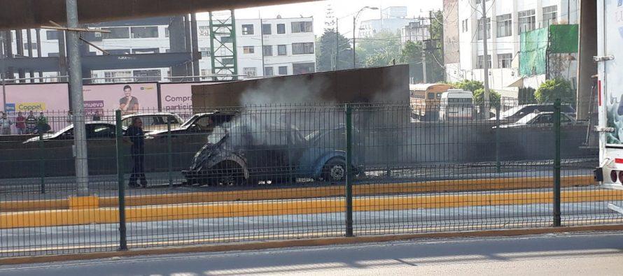 Automóvil se incendia en Periférico y Lomas de Sotelo